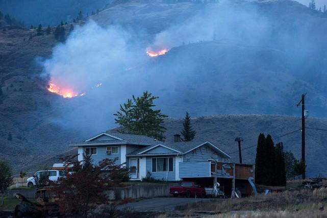 Un feu de forêt menaçait d'atteindre une résidence... (PHOTO DARRYL DYCK, ARCHIVES LA PRESSE CANADIENNE)