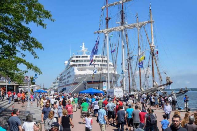 Les voiliers, le navire Europa et la frégate... (Andréanne Lemire)