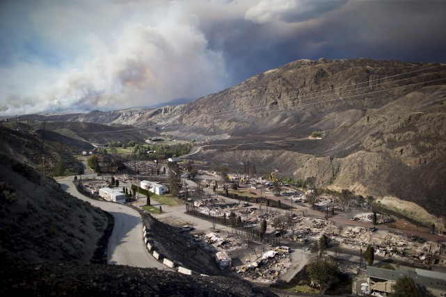 Les restes de maisons mobiles détruites par les... (La Presse canadienne, Darryl Dyck)