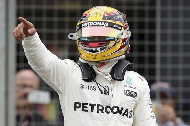 Lewis Hamilton salue la foule après avoir réussi... (AP, David Davies)