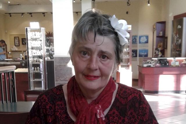 Yolande est camelot pour le journal La Quête... (fournie par Agathe)