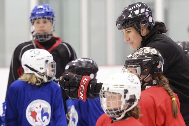 Des hockeyeuses de 6 à 16 ans participent... (Le Soleil, Jean-Marie Villeneuve)