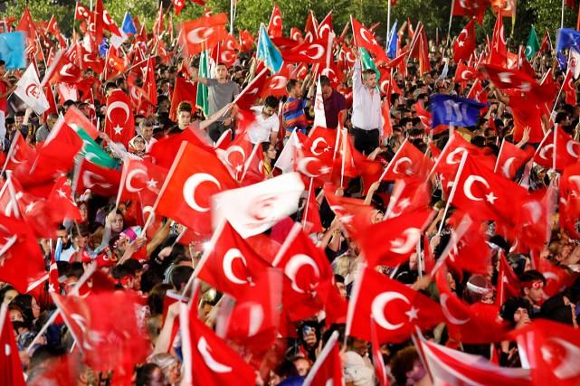 Des partisans du président Recep Tayyip Erdogan ont... (PHOTO UMIT BEKTAS, REUTERS)