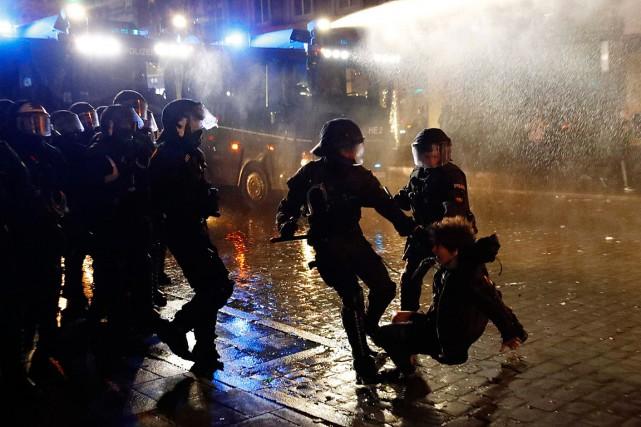 Des policiers procèdent à l'arrestation d'un manifestant en... (PHOTO FABRIZIO BENSCH, ARCHIVES REUTERS)