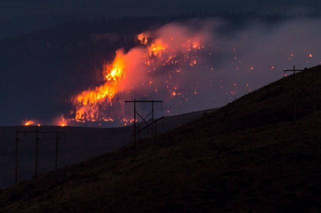 Quelque 161 foyers d'incendie étaient encore actifs dimanche,... (Photo La Presse canadienne)