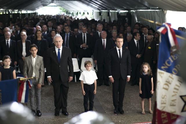 Le président français Emmanuel Macron (en avant à... (AP, Kamil Zihnioglu)