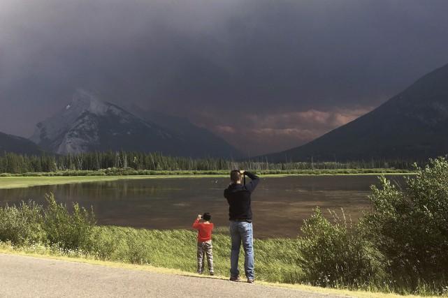 Plus de 160 incendies font toujours rage en... (La Presse canadienne, Adrian Wyld)