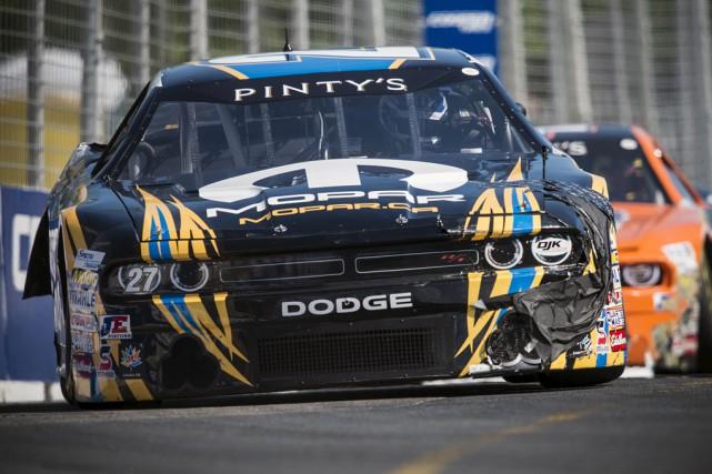 La voiture abîmée, Andrew Ranger est tout de... (Matthew Manor, NASCAR)