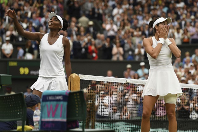 Pendant que Venus Williams remercie l'arbitre du match,... (AP)