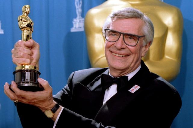 Martin Landau pose avec sa statuette dorée remportée... (ARCHIVES REUTERS)