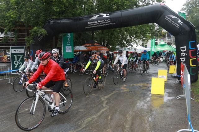 Soixante-douze participants ont pédalé sous la pluie lors... (Catherine Trudeau)