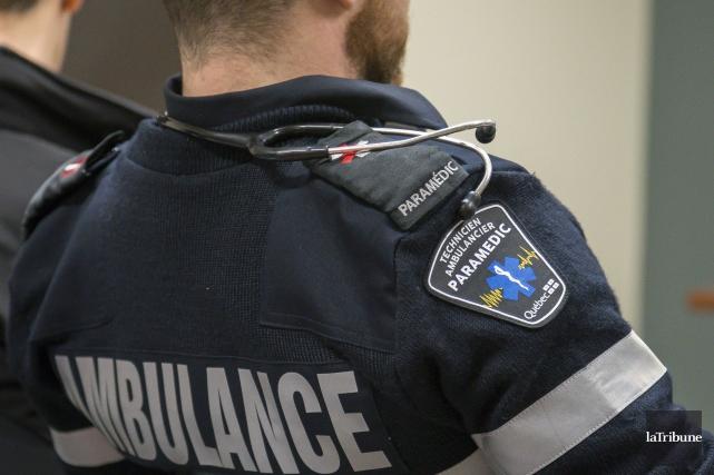 Les paramédics et les répartiteurs médicaux d'urgence de l'Estrie poursuivent... (Archives La Tribune, Marie-Lou Béland)