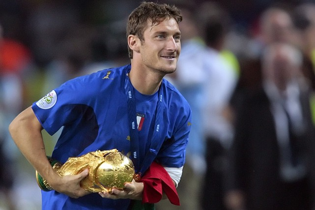 Francesco Totti tient le trophée de la Coupe... (PHOTO ARCHIVES AFP)