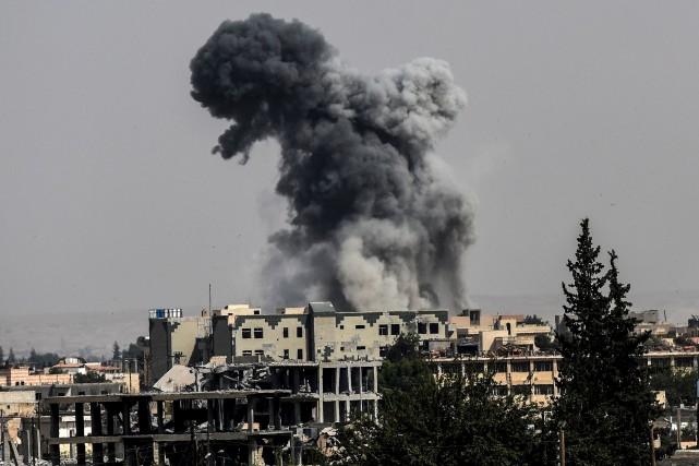 D'épais nuages de fumée noire étaient visibles, lundi,... (AFP, Bulent Kilic)