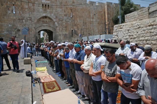 Des centaines de fidèles musulmans ont prié à... (PHOTO AFP)