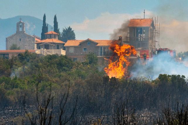 Environ 400 pompiers, épaulés par plus d'une centaine... (PHOTO AFP)