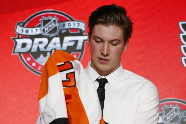 Nolan Patrick enfile le chandail des Flyers lors... (PHOTO AP)