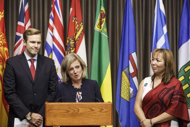 La première ministre de l'Alberta, Rachel Notley, entourée... (La Presse canadienne, Jason Franson)