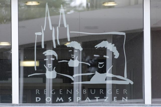 Le logo du choeur des «Regensburger Domspatzen» sur... (AP)