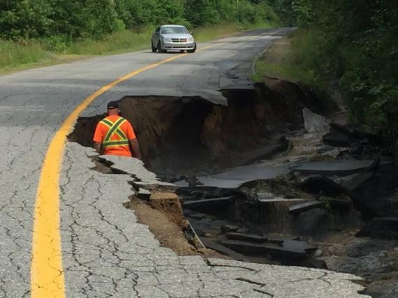 Une partie de la route a été emportée... (Facebook)
