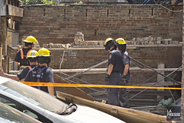 Les deux hommes ont été transportés à l'hôpital.... (PHOTO PATRICK SANFAÇON, LA PRESSE)