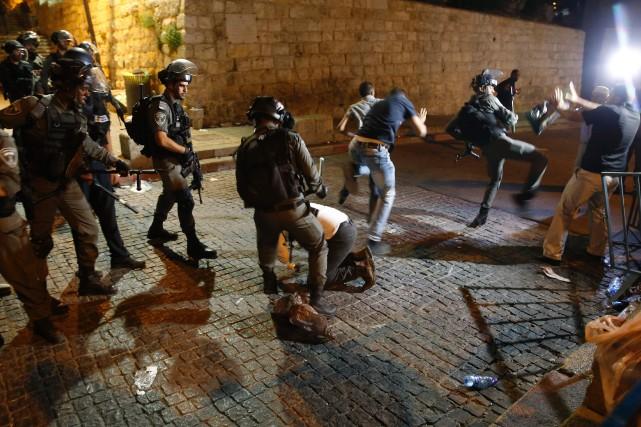Les policiers ont notamment fait usage de balles... (PHOTO AHMAD GHARABLI, AFP)