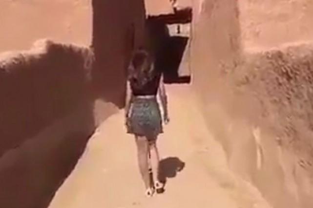 Image d'unevidéo où la jeune femme marche dans... (CAPTURE D'ÉCRAN)