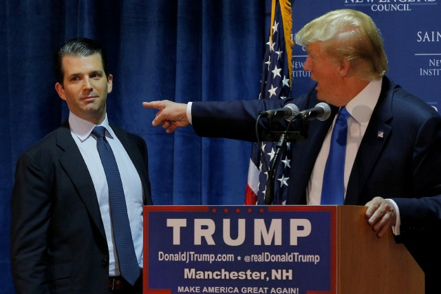 Donald Trump Jr. et son père lors d'un... (ARCHIVES REUTERS)