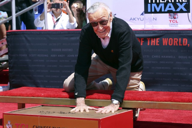 Stan Lee a mis ses empreintes dans le... (PHOTO AP)