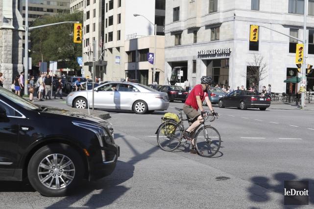 La cohabitation entre automobilistes, cyclistes et piétons est... (Patrick Woodbury, Le Droit)