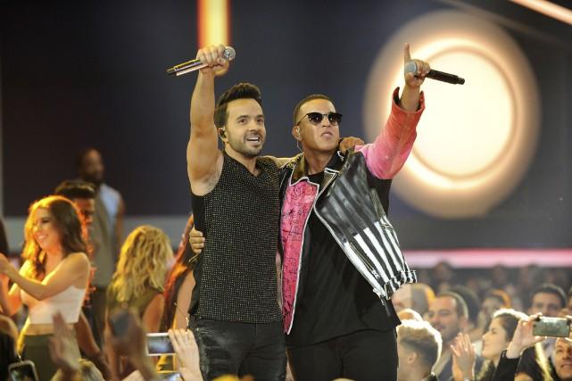 Luis Fonsi (à gauche) et Daddy Yankee... (AFP, Sergi Alexander)