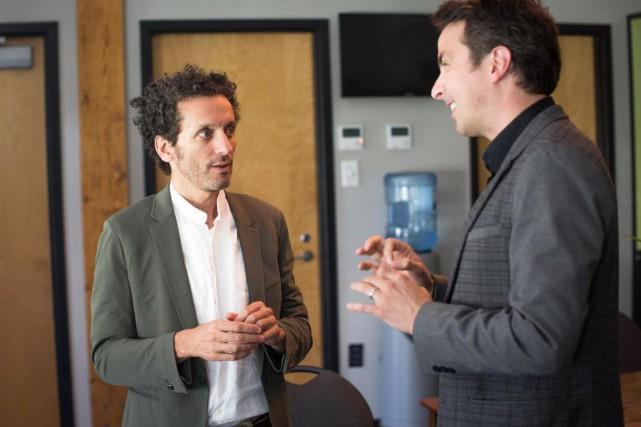 L'humoriste AndréSauvé discute avec le chef assistant de... (Photo Olivier PontBriand, La Presse)