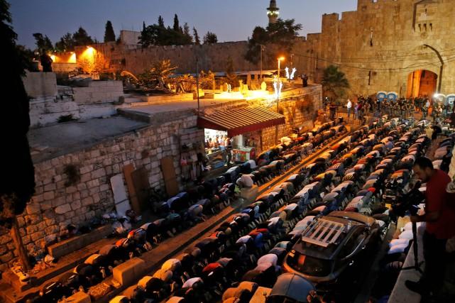 Pour protester contre l'installation des détecteurs, les fidèles... (PHOTO AHMAD GHARABLI, AFP)