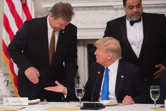 S'adressant au sénateur républicain du Nevada Dean Heller,... (PHOTO AFP)