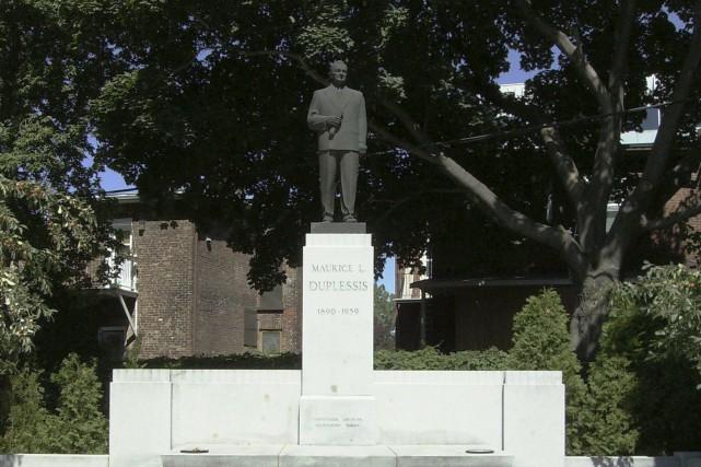 La statue de Maurice Duplessis, dans la ville...