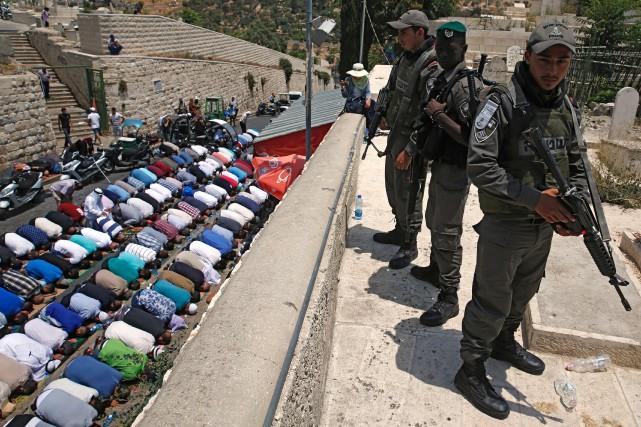 En signe de protestation contre ces nouvelles mesures... (PHOTO AFP)