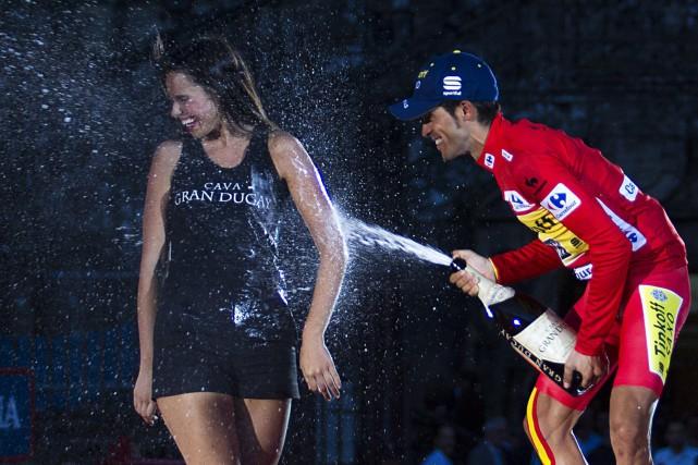 Une hôtesse se fait asperger de champagne par... (ARCHIVES AFP)