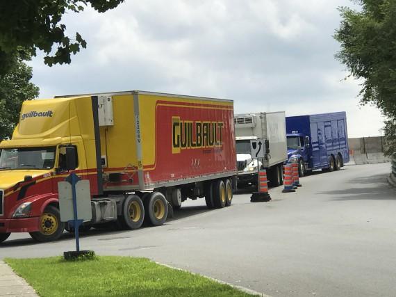 Plusieurs camionneurs ne respectent pas la signalisation et... (Courtoisie)
