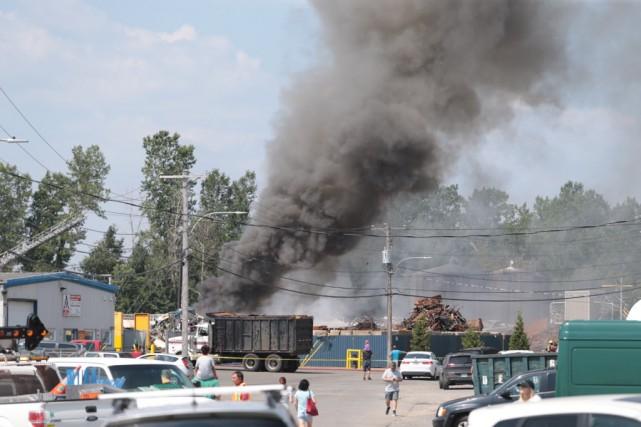 Le feu a pris naissance à l'arrière d'une... (Photo: Olivier Croteau)