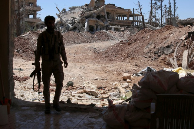 Un combattant rebelle sur le terrain, en Syrie.... (Photo Reuters)