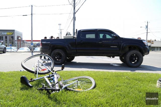Un cycliste souffre de blessures aux jambes après... (Janick Marois, La Voix de l'Est)