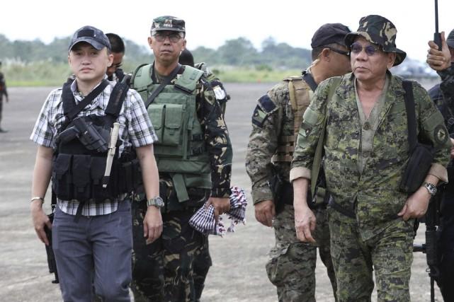 Le président philippin Rodrigo Duterte (à droite) a... (AFP)