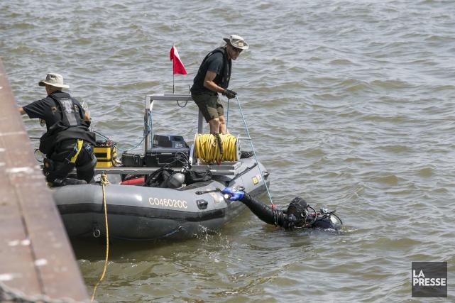 Les plongeurs de la Sûreté du Québec ont... (Olivier Croteau)