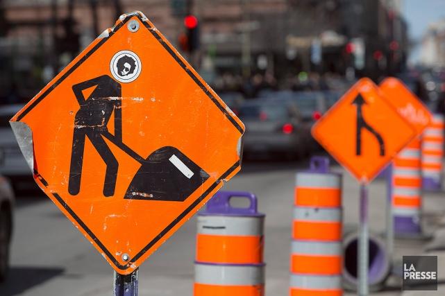 La majorité des chantiers routiers demeurent en activité... (Photo Robert Skinner, archives La Presse)