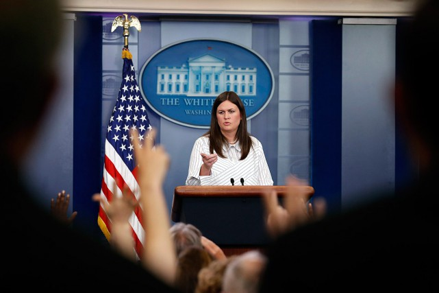 Sarah Huckabee Sanders a remplacé Sean Spicer devant... (PHOTO ALEX BRANDON, ARCHIVES ASSOCIATED PRESS)