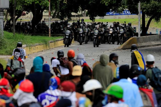 L'opposition manifeste quasi quotidiennement depuis fin mars pour... (PHOTO Marco Bello, REUTERS)