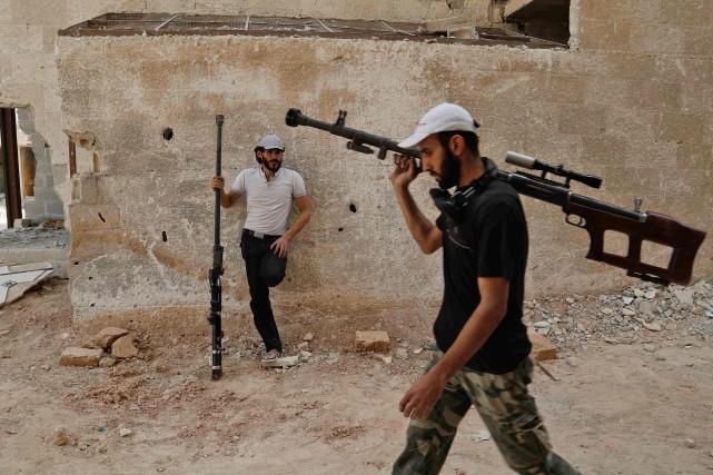 Des membres de groupes rebelles syriens postés à... (PHOTO ABDULMONAM EASSA, ARCHIVES AFP)