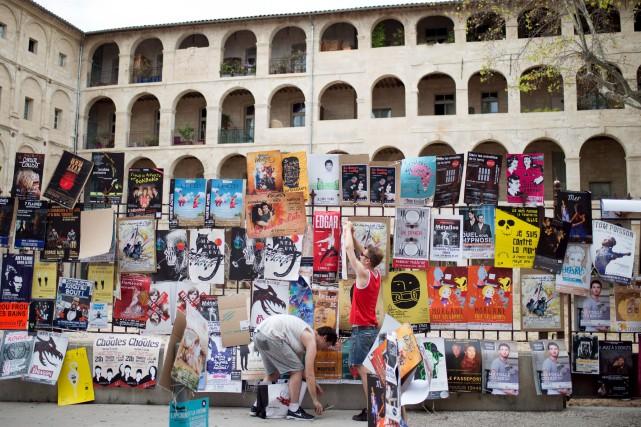Des affiches de promotion du festival d'Avignon... (AFP, Bertrand Langlois)