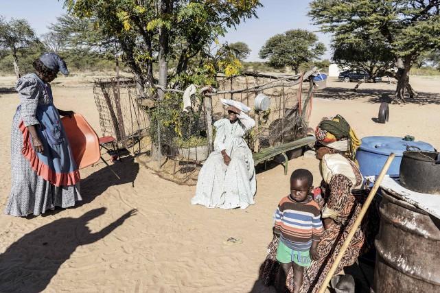 Les membres des tribus herero et nama tentent... (AFP, Gianluigii Guercia)