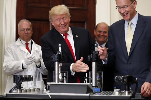 Le président Donald Trump propose de réduire les... (AP)